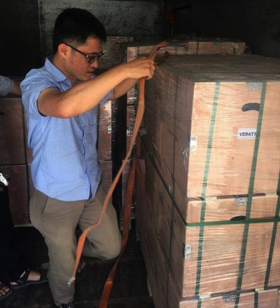 Lô hàng máy thổi khí được dỡ từ container